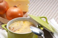 Oinion汤用在上面的熔化干酪和面包 免版税库存图片