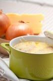Oinion汤用在上面的熔化干酪和面包 免版税库存照片