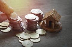 Oins et maison, concept dans la maison de finances, de compte, d'achat et de vente de maison sur la table en bois image libre de droits