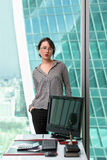 Oinside moderno della donna di affari l'edificio per uffici Fotografia Stock