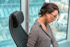 Oinside moderno della donna di affari l'edificio per uffici immagini stock libere da diritti