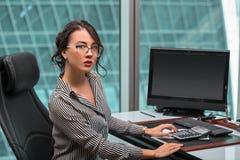 Oinside moderno della donna di affari l'edificio per uffici immagini stock