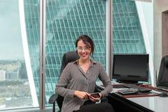 Oinside moderno della donna di affari l'edificio per uffici fotografia stock libera da diritti