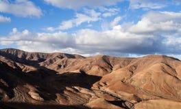Ointressant berglandskap på Fuerteventura mot blå himmel Royaltyfria Foton