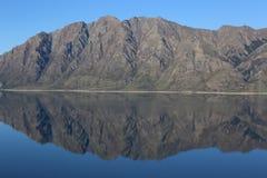 Ointressant bergskedjareflexion Arkivfoto