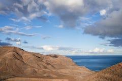 Ointressant kust- landskap mot himmel och havet Fotografering för Bildbyråer