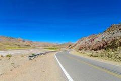 Ointressant landskap för Altiplano öken och asfaltväg Royaltyfria Bilder
