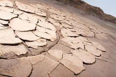 ointressant sprucken jord arkivfoto