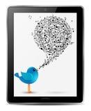 Oiseau bleu avec des notes de musique dans l'écran de la tablette Images libres de droits