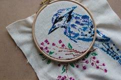 Oiseau bleu brodé dans le cercle Image libre de droits