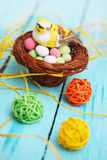Oiseau dans le panier, décoration de Pâques Image libre de droits