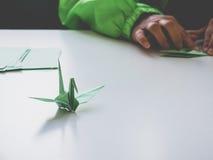 Oiseau de Crane Origami de papier avec l'art et le métier de pli de main Photos stock