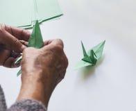 Oiseau de Crane Origami de papier avec le pli de main Images libres de droits