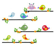 Oiseau de dessin animé sur un arbre illustration de vecteur