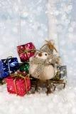 Oiseau de Noël avec des cadeaux images stock