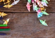 Oiseau de papier d'origami sur le fond en bois Image stock