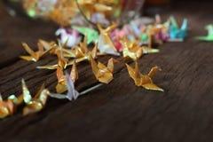 Oiseau de papier d'origami sur le fond en bois Photo libre de droits