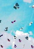 Oiseau de papier dans le ciel avec des nuages Photo libre de droits