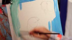 Oiseau de peinture d'enfant avec des peintures à l'huile, dessin sur la leçon de toile, d'art et de métier banque de vidéos