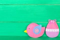 Oiseau et oeuf décoratifs de feutre sur le fond en bois avec l'espace de copie pour le texte le fond a coloré le vecteur rouge de Images stock