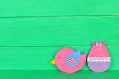 Oiseau et oeuf décoratifs de feutre sur le fond en bois avec l'espace de copie pour le texte le fond a coloré le vecteur rouge de Photos stock
