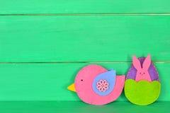 Oiseau, lapin et oeuf décoratifs de feutre sur le fond en bois avec l'espace de copie pour le texte le fond a coloré le vecteur r Photos stock