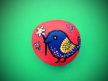 Oiseau peint sur la pierre Image stock