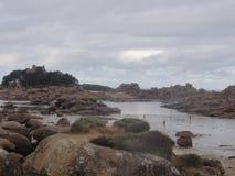 Oiseaux auxiliar da ilha - rochas e nuvens - França fotografia de stock royalty free