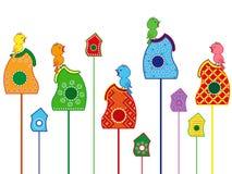 Oiseaux chantant sur leurs maisons Photos stock