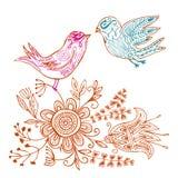 Oiseaux d'amour de griffonnage dans l'environnement floral Photographie stock libre de droits
