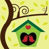 Oiseaux dans le birdhouse de maison d'arbre Images stock