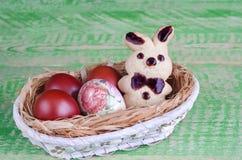 Oiseaux de biscuits de Pâques, decoupage et oeufs peints Image stock