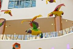 Oiseaux et fleurs de papier sous le dôme du centre photos libres de droits