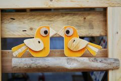 Oiseaux jaunes en bois Photo stock