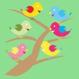 Oiseaux mignons sur une branche d'arbre. Images stock