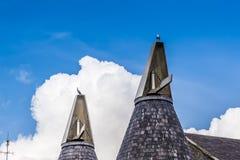 Oiseaux placé sur des maisons de touraille en Lee Valley, Londres dans l'été image stock