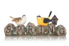 Oiseaux sur le signe de source de pierres Images stock
