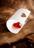 Oisillon rouge brillant de coeur en livre blanc courbé Photo libre de droits