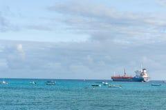 OISTINS,巴巴多斯- 2014年3月15日:与海洋水和小船,油化学制品罐车的迈阿密海滩风景 库存照片