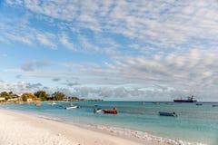 OISTINS,巴巴多斯- 2014年3月15日:与海洋水和小船,油化学制品罐车的迈阿密海滩风景 库存图片