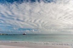 OISTINS,巴巴多斯- 2014年3月15日:与海洋水和石油化学制品罐车的迈阿密海滩风景 库存图片
