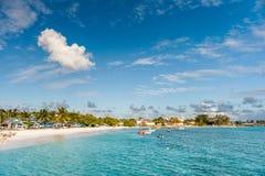 OISTINS,巴巴多斯- 2014年3月15日:与海洋水蓝天的迈阿密海滩风景 库存照片