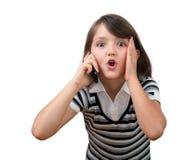 Oito anos bonitos da menina que fala no telefone de pilha Fotos de Stock