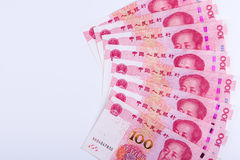 Oito chineses 100 notas de RMB arranjadas como o fã isolado nos vagabundos brancos Imagens de Stock Royalty Free