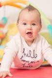 Oito meses de bebê idoso que joga com brinquedos coloridos Imagens de Stock