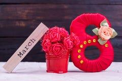Oito vermelhos, flores, palavra março fotografia de stock