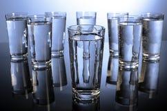 Oito vidros da água um o dia Imagens de Stock