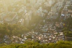 Ojämlikhet - kontrast mellan fattigt och rikt i Rio de Janeiro, B arkivbild