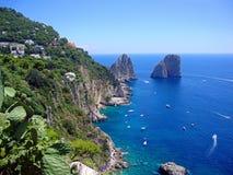 Ojämn ö av den Capri kustlinjen royaltyfri fotografi