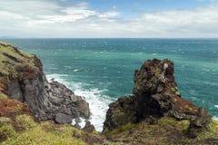 Ojämn brant klippa, brant klippa och hav på den Jeju ön arkivbilder
